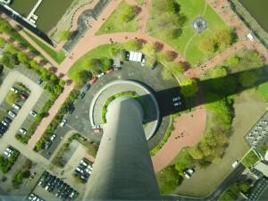"""Rheinturm Düsseldorf in Abwärtsperspektive, Titel: """"Abwärts"""", Fotografie von Ulrich Wiegand-Laster"""