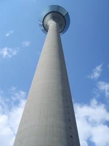 """Rheinturm Düsseldorf in Aufwärtsperspektive, Titel: """"Aufwärts"""", Fotografie von Ulrich Wiegand-Laster"""