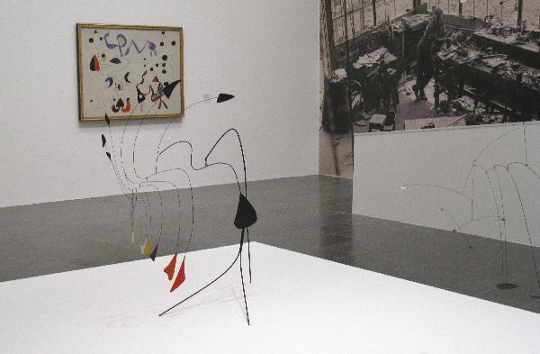 Calder im Zusammenspiel mit einem Werk von Piet Mondrian (im Hintergrund)