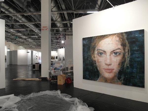 Aufbaufoto - im Vordergrund Harding Meyer (VOSS), o.T. (17-2013), Öl auf Leinwand, 2013, 195x250cm