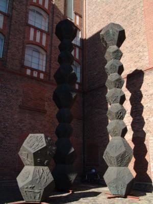 """Metallskulpturen, die im Innenhof des MKM ihr gestalterisches """"Schattendasein"""" führen."""