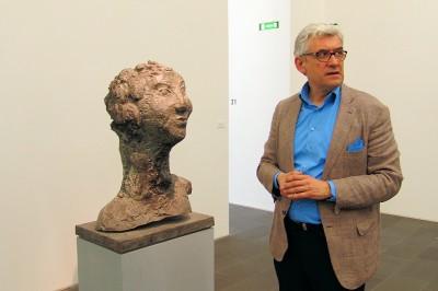Smerling neben einer Skulptur von Markus LÜPERTZ