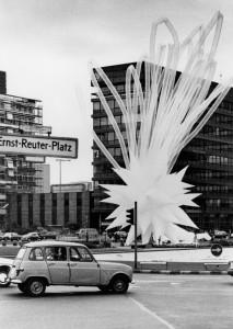 """Berlin Superstar, 1984 für die Eröffnung der Ausstellung """"Die Zukunft der Metropolen: Paris - London - Berlin"""", Ernst-Reuter-Platz, Berlin, 1984 Foto: Otto Piene Archiv / ZERO foundation"""