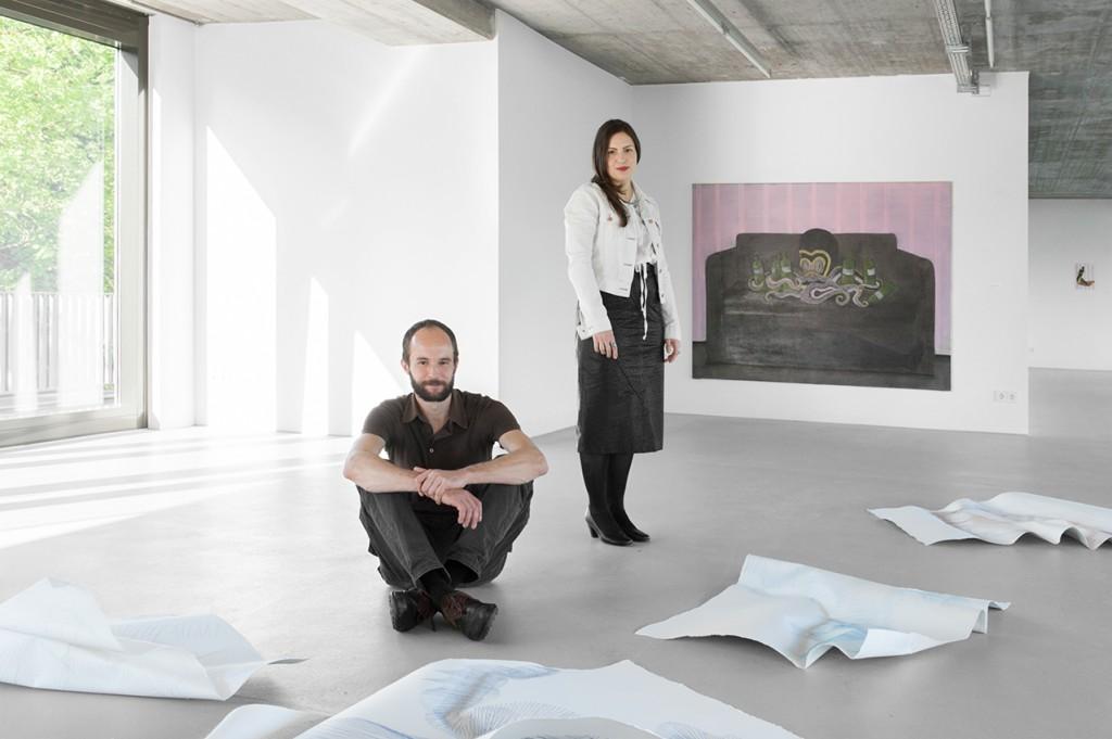 Katja Seib und Benjamin Zanon vor ihren Arbeiten, Foto © Hye-Mi Kim