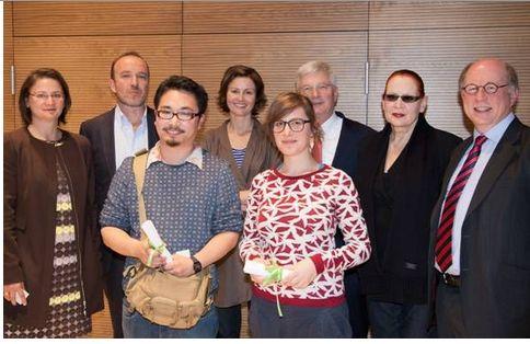 Von links nach rechts: Sabine Reimann (Hogan Lovells), Prof. Dr. Johannes Myssok, Magdalena Kröner, Dr. Erhard Keller (Hogan Lovells), Katharina Sieverding, Dr. Michael Leistikow (Hogan Lovells). Im Vordergrund die beiden Preisträger: Soya Arakawa und Julia Gruner.