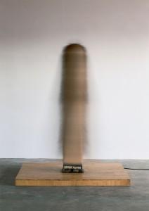 Günther Uecker, New York Dancer III, 1965, Nägel, Tuch, Metall, Elektromotor, 165 x 30 x 30 cm, Kunsthalle Bremen – Der Kunstverein in Bremen, © VG Bild-Kunst, Bonn 2014 Foto: Foto ©: Nic Tenwiggenhorn, © VG Bild-Kunst, Bonn 2014 © Kunstsammlung NRW